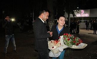 Genç polis memurundan acil servis önünde evlilik teklifi