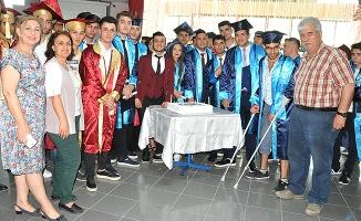 Diplomasını arkadaşlarının omuzlarında aldı