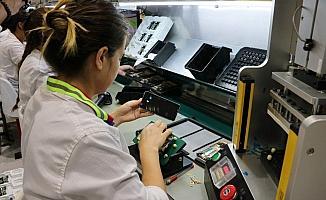 AK Parti heyeti yerli üretim cep telefonlarını fabrikasında inceledi