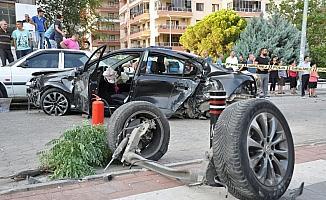 Kaldırımda yürüyen anne-kıza otomobil çarptı; anne öldü, kızı ağır yaralı