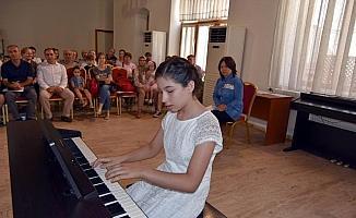 Minik yeteneklerin piyano dinletisi büyüledi