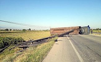 Manisa'da doğalgaz borusu yüklü tır devrildi: 2 yaralı
