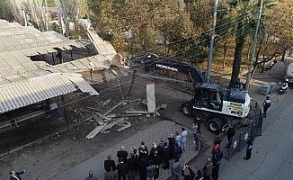 Manisa'da 34 yıllık eski pazar yeri yıkıldı