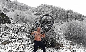 Eksi 8 derecede yarı çıplak bisiklet sürdü