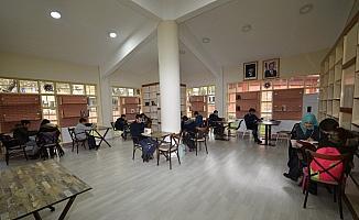 Millet Kıraathanesi'ne öğrencilerden yoğun ilgi