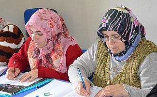 Yunusemre ile okuma yazma öğreniyorlar