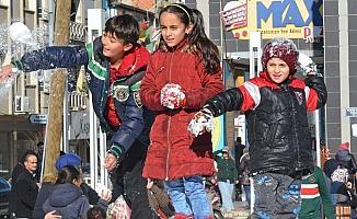 Turgutlu'da kar çocukların ayağına geldi