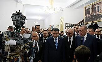 Cumhurbaşkanı Erdoğan öğrencilerin projelerini inceledi
