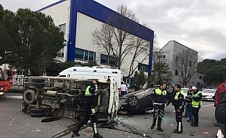 Manisa'da kamyonet ile otomobil çarpıştı: 3 yaralı