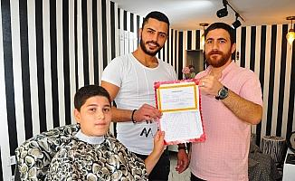 Manisa'da başarılı öğrencilere ücretsiz tıraş