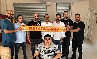 Galatasaraylı taraftarlar, Beşiktaşlı özel çocuğu sevindirdi