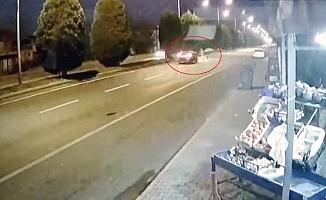 Yolun karşısına geçmek isterken otomobil çarptı, o anlar kameraya yansıdı