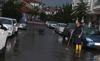 Kula'da aniden bastıran sağanak yağış sele neden oldu