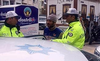 Trafik cezası yedi, yolda oturma eylemi yaptı