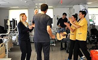 Diyaliz hastalarına müzikle moral verdiler