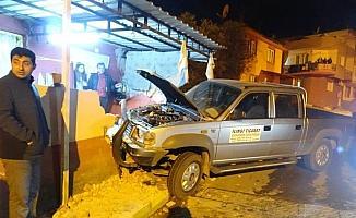 Kontrolden çıkan araç bahçe duvarına çarptı