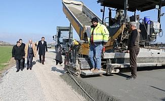 Manisa'da kışa rağmen yol yapım çalışmalarına devam ediyor