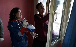(Özel) Liseli öğrenciler bakıma muhtaç ailelerin evlerini temizliyor