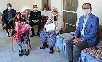 110 yaşındaki Hanım Ölmez'in Anneler Günü'nü kutladılar
