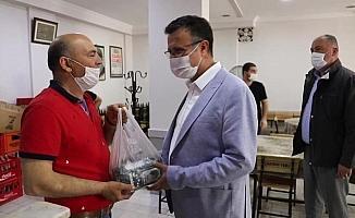 Başkandan kahvecilere çay desteği