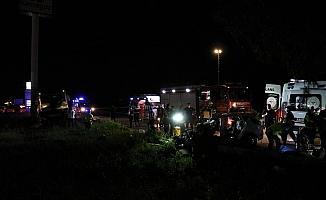 Karşı şeride geçen otomobil yolcu otobüsünün altına girdi: 2 ölü