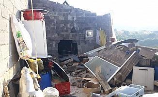 Kuvvetli rüzgar Kula'da bir evin çatısını uçurdu, duvarlarını yıktı