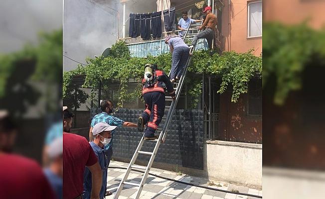 Yangında mahsur kalan iki kişiyi itfaiye kurtardı
