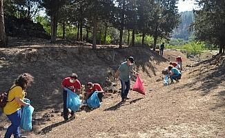Yanık Ülke'nin çöpleri toplandı