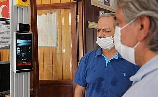 Meslek lisesinden ateş ölçerli, maske uyarılı yüz tanıma cihazı