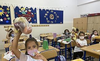 Okullar meyve doldu, öğrencilerin yüzü güldü