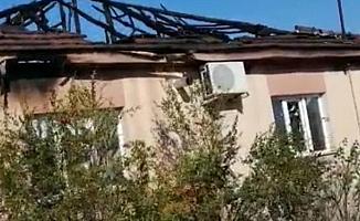 Ahşap bina yangında kül oldu