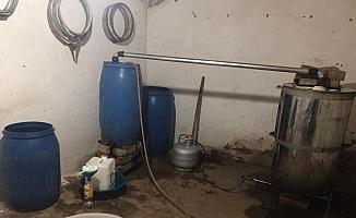 Anason kokusu gelen evden 190 litre sahte rakı çıktı