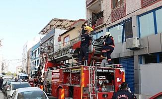 Apartmanın merdiven boşluğunda çıkan yangın korkuttu