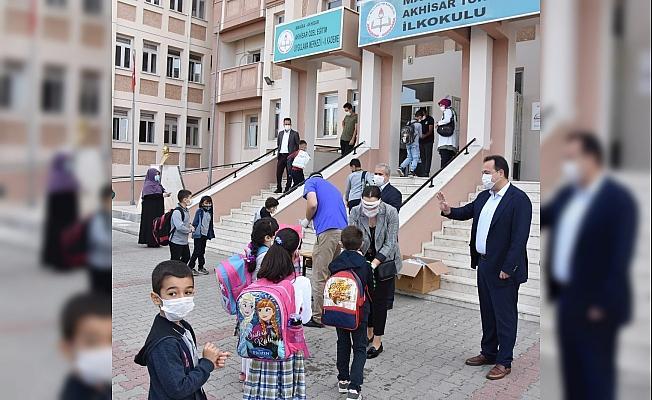Başkan Dutlulu, ilk ders zilinde öğrencilerin yanında oldu