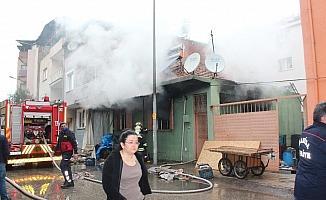 Manisa'da bir evde çıkan yangında 1'i ağır 4 kişi yaralandı