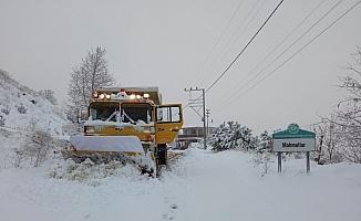 Manisa'da büyükşehir ekipleri karla mücadele ediyor