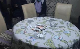 Oyun kartlarını sobada yakmaya çalıştılar