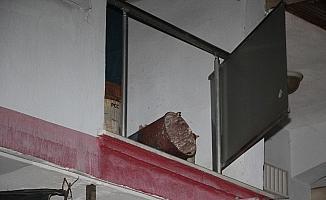 Soba kovası hazırlamak isterken ikinci kattan beton zemine çakıldı