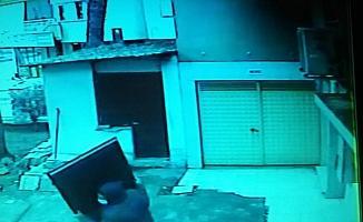 Caminin tuvalet kapılarını çaldı