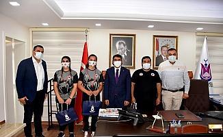 Başkan Çelik Şehzadeler'in şampiyonlarını altınla ödüllendirdi