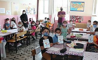 Sınıfça şiir kitabı çıkarıp gelirini okula bağışladılar