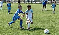 Futbol şenliğinde gönüllerince top oynadılar